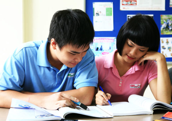 Học thầy không tày học bạn nghĩa là gì?