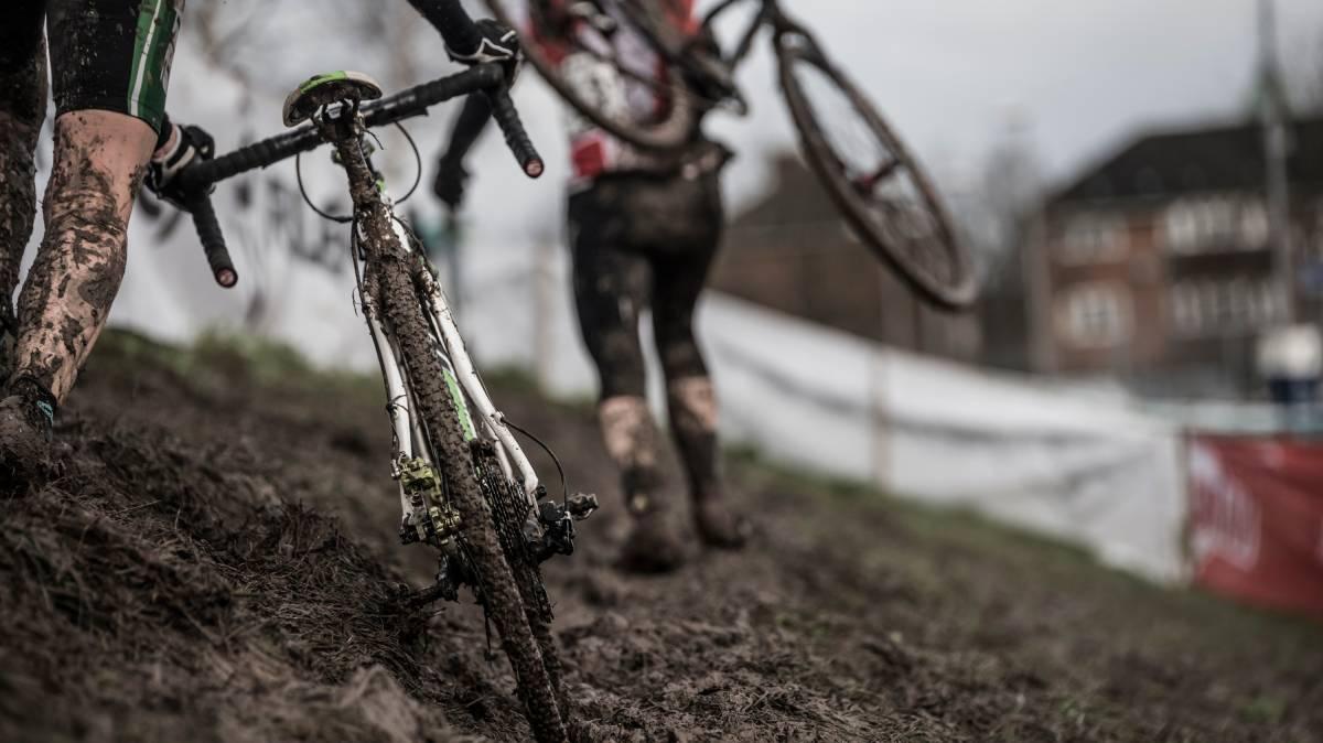đi xe đạp đường bùn lầy lội rất khó khăn