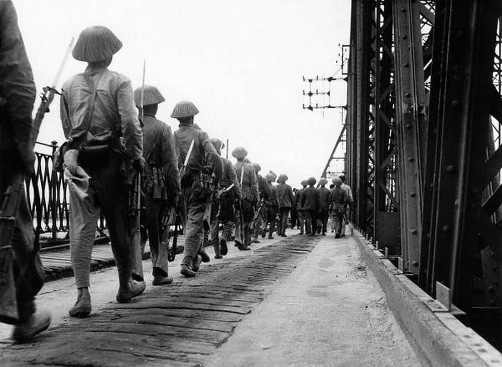 đội quân bước qua cầu không được bước chân đều nhau