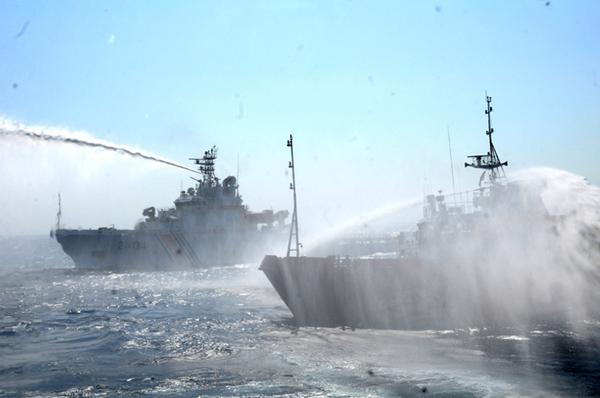 hai con tàu chiến chạy song song nhau