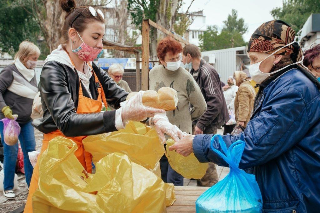 cô gái có tấm lòng nhân ái giúp đỡ người nghèo