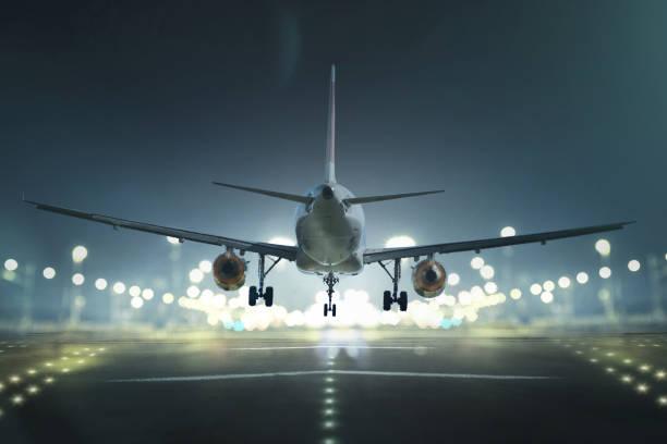 máy bay hạ cánh trên đường băng