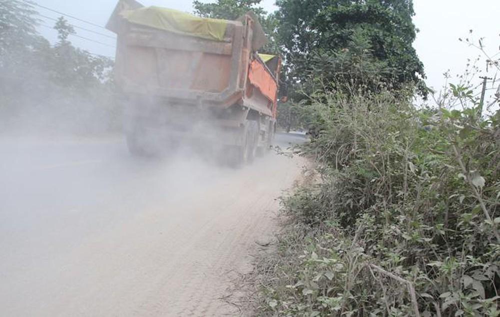 xe ô tô chạy cuốn theo cát bụi đầy mặt đường
