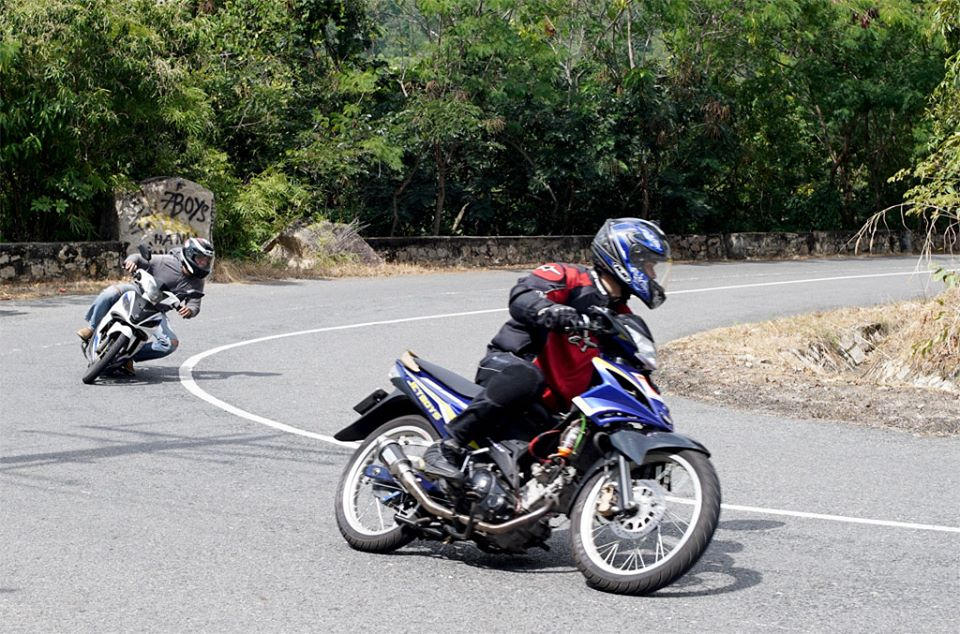 hai xe máy đang ôm cua đoạn đường vòng