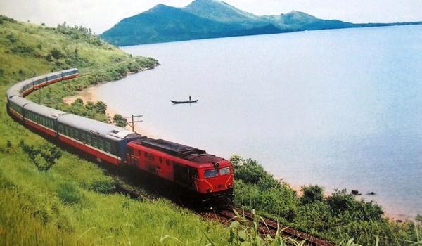 Tàu hỏa chạy trên đường ray
