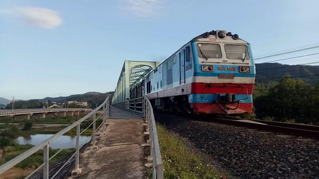 tàu hỏa chạy trên đường sắt chạy qua cầu