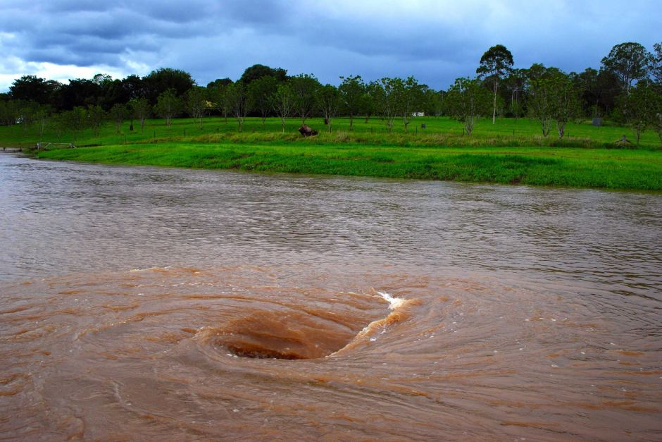 xoáy nước trên dòng sông rất nguy hiểm