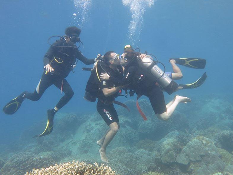 lặn sâu dưới đáy biển