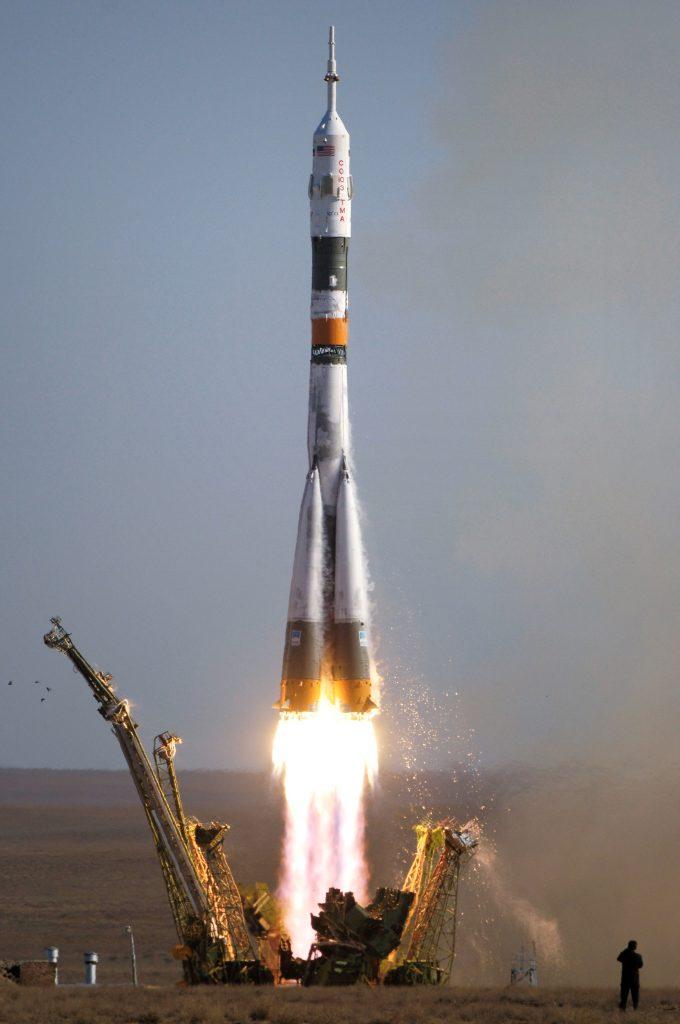tên lửa bay lên cao như thế nào